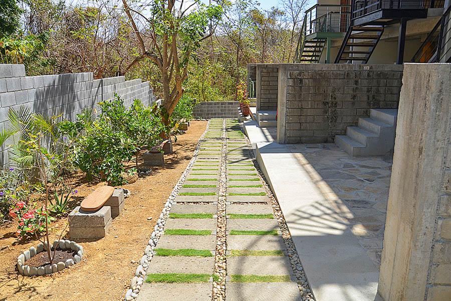 34_talanguera_townhomes_garden_three_hundred_pasillo_south