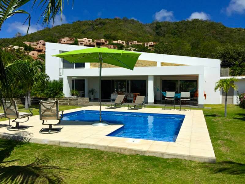 Contemporary Villa 10 minutes from Town